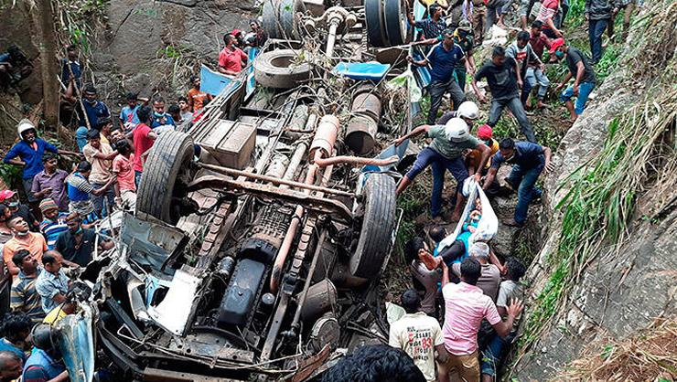 Sri Lankada yolcu otobüsü uçuruma yuvarlandı