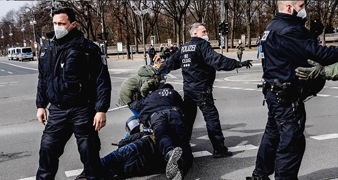 Almanya'da Covid-19 önlemleri protestolarında arbede: Çok sayıda gözaltı